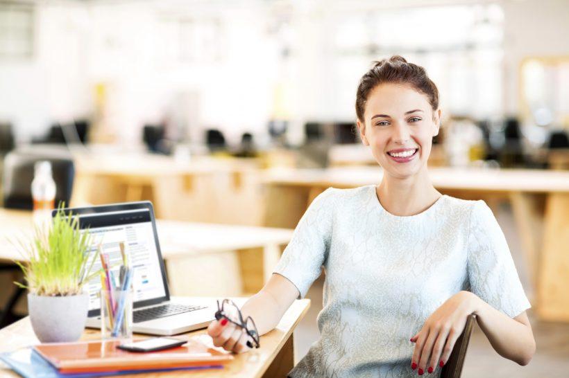 Uśmiechnięta kobieta podczas pracy w biurze