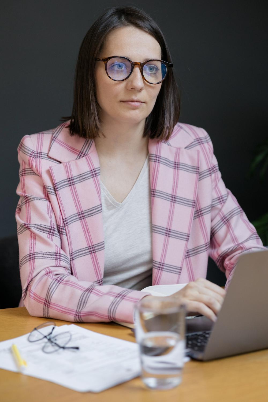 Kobieta pracująca na przenośnym komputerze