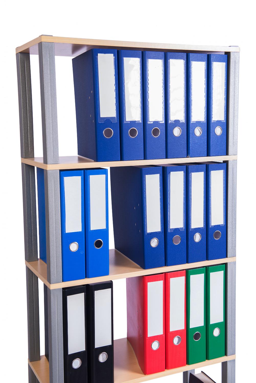 Regał z segregatorami zawierającymi dokumenty