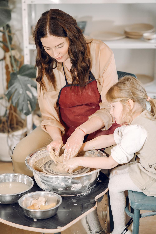 Naczyciel z dzieckiem podczas prac ceramicznych