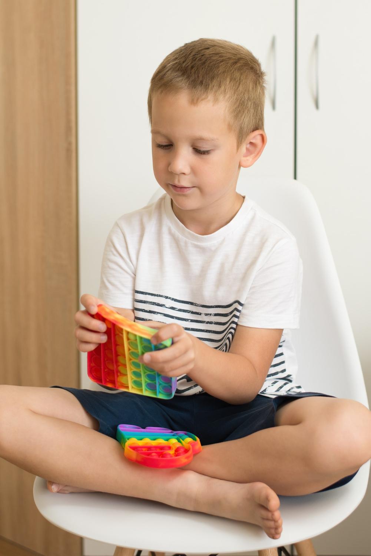 Dziecko dotyka kolorową zabawkę