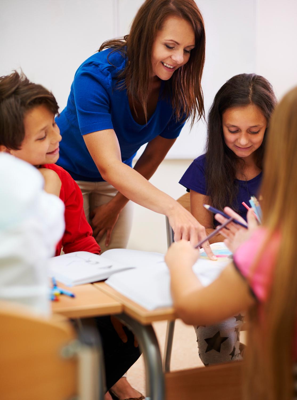 Pedagog podczas pracy z dziećmi