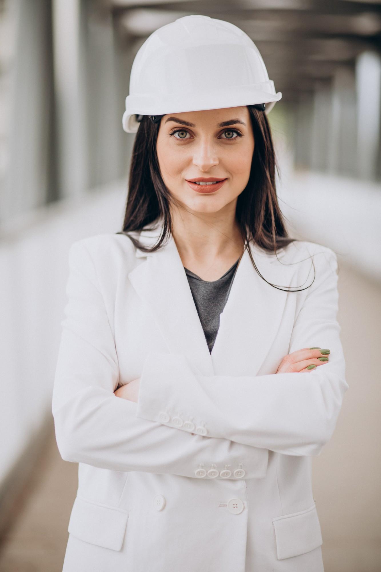Kobieta w białym stroju roboczym i białym kasku